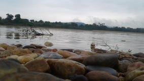 Los flujos agradables del río en el río que parece agradable usted pueden nadar en él foto de archivo