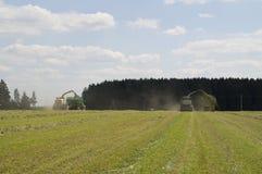 Los foragers automotores hacen la cosecha de ensilaje de la hierba Fotos de archivo