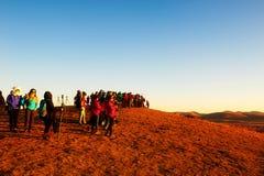 Los fotógrafos en la puesta del sol de la ladera Foto de archivo