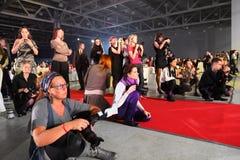 Los fotógrafos se sientan y se colocan en el pasillo Fotografía de archivo libre de regalías