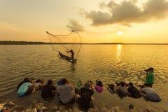 Los fotógrafos se unen a los viajes de la fotografía de la forma de vida, pescando (dow imágenes de archivo libres de regalías