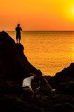 Los fotógrafos siluetean en puesta del sol Foto de archivo