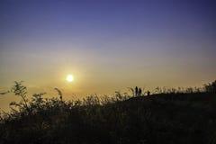 Los fotógrafos toman puesta del sol de las imágenes Foto de archivo libre de regalías