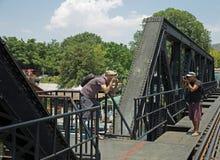 Los fotógrafos turísticos de la mochila están tomando la foto, foco selectivo fotos de archivo