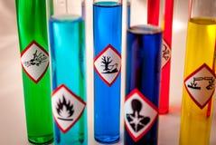 Los frascos multicolores de la química - céntrese en peligroso al peligro del ambiente imagen de archivo