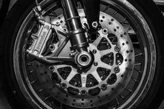 Los frenos delanteros de un corredor del café de Norton Commando 961 de la motocicleta de los deportes Fotos de archivo libres de regalías