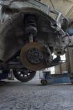 Los frenos y los amortiguadores de choque de un coche Foto de archivo
