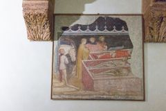 Los frescos antiguos juntan las piezas de tres reyes con los tres muertos por Martino da Verona en la iglesia superior San Fermo  foto de archivo