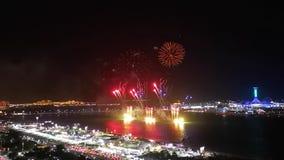 Los fuegos artificiales épicos exhiben en la ciudad - corniche de Abu Dhabi almacen de metraje de vídeo