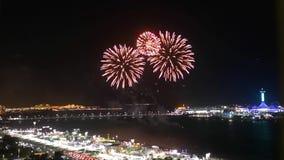 Los fuegos artificiales épicos exhiben en la ciudad - exhibición de la celebración del corniche de Abu Dhabi almacen de metraje de vídeo