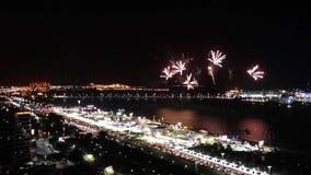 Los fuegos artificiales épicos exhiben en la ciudad - exhibición de la celebración del corniche de Abu Dhabi almacen de video