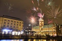 Los fuegos artificiales acercan ayuntamiento en Hamburgo en el final de 2012 Imagen de archivo libre de regalías