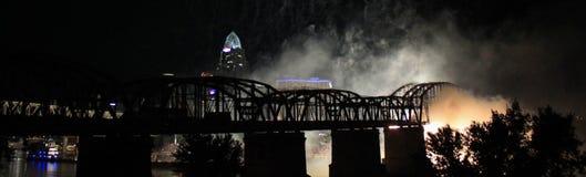 Los fuegos artificiales ahumados siluetean un puente ferroviario Imagen de archivo libre de regalías
