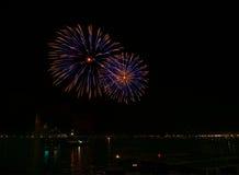 Los fuegos artificiales azules grandes estallan en Venecia en el cielo oscuro, fuegos artificiales del Año Nuevo en Venecia, el 4 Fotografía de archivo libre de regalías