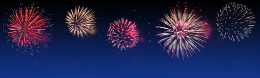 Los fuegos artificiales brillantemente coloridos en el fondo crepuscular - vaya de fiesta la celebración imágenes de archivo libres de regalías