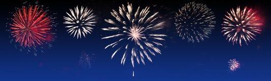Los fuegos artificiales brillantemente coloridos en el fondo crepuscular - vaya de fiesta la celebración fotos de archivo