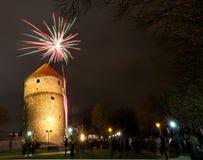 Los fuegos artificiales cerca de Kiek en de Kok se elevan en Tallinn Imagenes de archivo