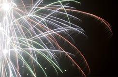 Los fuegos artificiales coloridos en fondo negro, fuegos artificiales estallan, demostración de la luz, primer Foto de archivo libre de regalías