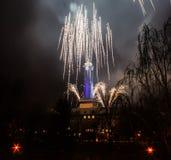 Los fuegos artificiales coloridos en Ostrava y ayuntamiento azul registran Imágenes de archivo libres de regalías