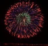 Los fuegos artificiales coloridos grandes estallan en Malta en el cielo oscuro, festival de los fuegos artificiales de Malta, el  Imagenes de archivo