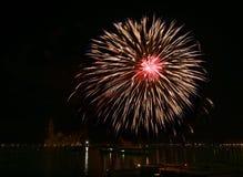 Los fuegos artificiales coloridos grandes estallan en Venecia en el cielo oscuro, fuegos artificiales del Año Nuevo en Venecia, e Fotos de archivo libres de regalías