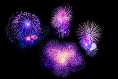 Los fuegos artificiales coloridos hermosos del fuego artificial fijaron para la celebración feliz Fotografía de archivo libre de regalías