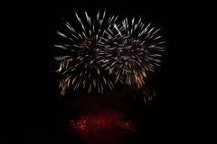 Los fuegos artificiales coloridos hermosos en el agua emergen con un fondo negro limpio Festival de la diversión y competencia in Foto de archivo