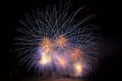 Los fuegos artificiales coloridos hermosos en el agua emergen con un fondo negro limpio Festival de la diversión y competencia in Fotografía de archivo libre de regalías