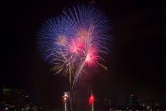 Los fuegos artificiales coloridos sobre el cielo nocturno, los fuegos artificiales rojos alinean Fotos de archivo
