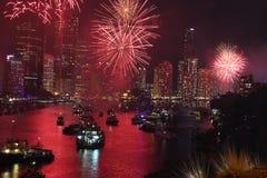 Los fuegos artificiales dan vuelta al río rojo Fotos de archivo libres de regalías