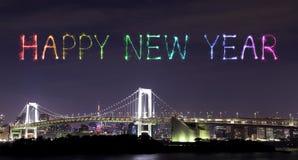 Los fuegos artificiales de la Feliz Año Nuevo que celebran sobre el arco iris de Tokio tienden un puente sobre a Fotos de archivo