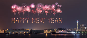 Los fuegos artificiales de la Feliz Año Nuevo que celebran sobre puerto deportivo aúllan en Yokohama Fotos de archivo