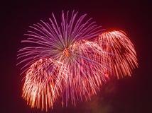 Los fuegos artificiales de la tarde en el cielo en honor de la celebración de Victory Day Imagen de archivo