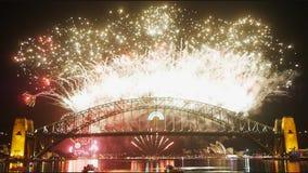 Los fuegos artificiales de Noche Vieja en Sydney Harbor Bridge 04 almacen de metraje de vídeo