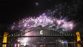 Los fuegos artificiales de Noche Vieja en Sydney Harbor Bridge 07 almacen de video