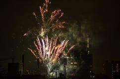 Los fuegos artificiales del Año Nuevo en Berlín con la TV se elevan Imagenes de archivo