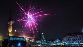 Los fuegos artificiales del Año Nuevo en Tallinn Foto de archivo libre de regalías