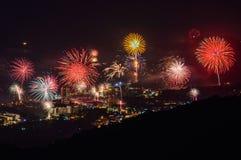 Los fuegos artificiales del Año Nuevo sobre Karon varan, Tailandia Foto de archivo libre de regalías