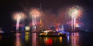Los fuegos artificiales del Año Nuevo en el lujiazui, Shangai, China Imagen de archivo libre de regalías