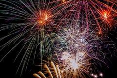 Los fuegos artificiales en el país van de fiesta, el día pasado del año fotos de archivo libres de regalías