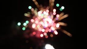 Los fuegos artificiales encienden para arriba el cielo almacen de metraje de vídeo