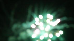 Los fuegos artificiales encienden para arriba el cielo almacen de video