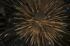 Los fuegos artificiales encienden para arriba el cielo Fotos de archivo