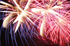 Los fuegos artificiales encienden para arriba el cielo Fotos de archivo libres de regalías