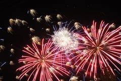 Los fuegos artificiales encienden para arriba el cielo Imagenes de archivo