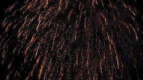 Los fuegos artificiales encienden para arriba el cielo con la exhibición del deslumbramiento almacen de video