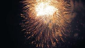 Los fuegos artificiales encienden para arriba el cielo con la exhibición del deslumbramiento metrajes