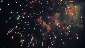 Los fuegos artificiales encienden para arriba el cielo con la exhibición del deslumbramiento almacen de metraje de vídeo