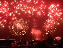 Los fuegos artificiales encienden para arriba el cielo nocturno Imagenes de archivo