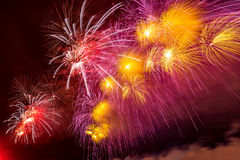 Los fuegos artificiales estallan brillar con resultados del deslumbramiento en Moscú, Rusia 23 de febrero celebración Imagenes de archivo